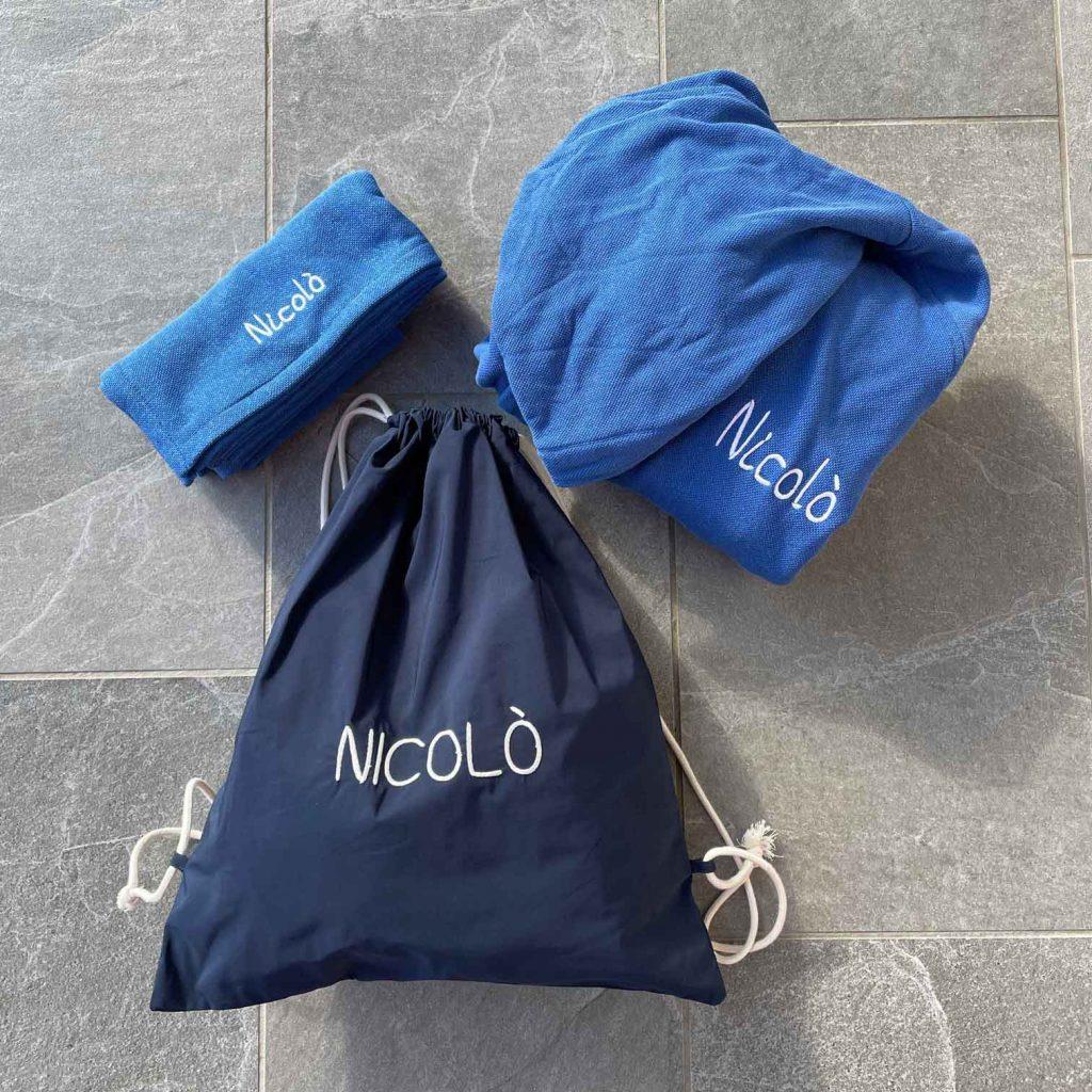Kit dello sportivo: accapatoio e asciugamano da palestra in microspugna e sacchetto contenitore in tessuto